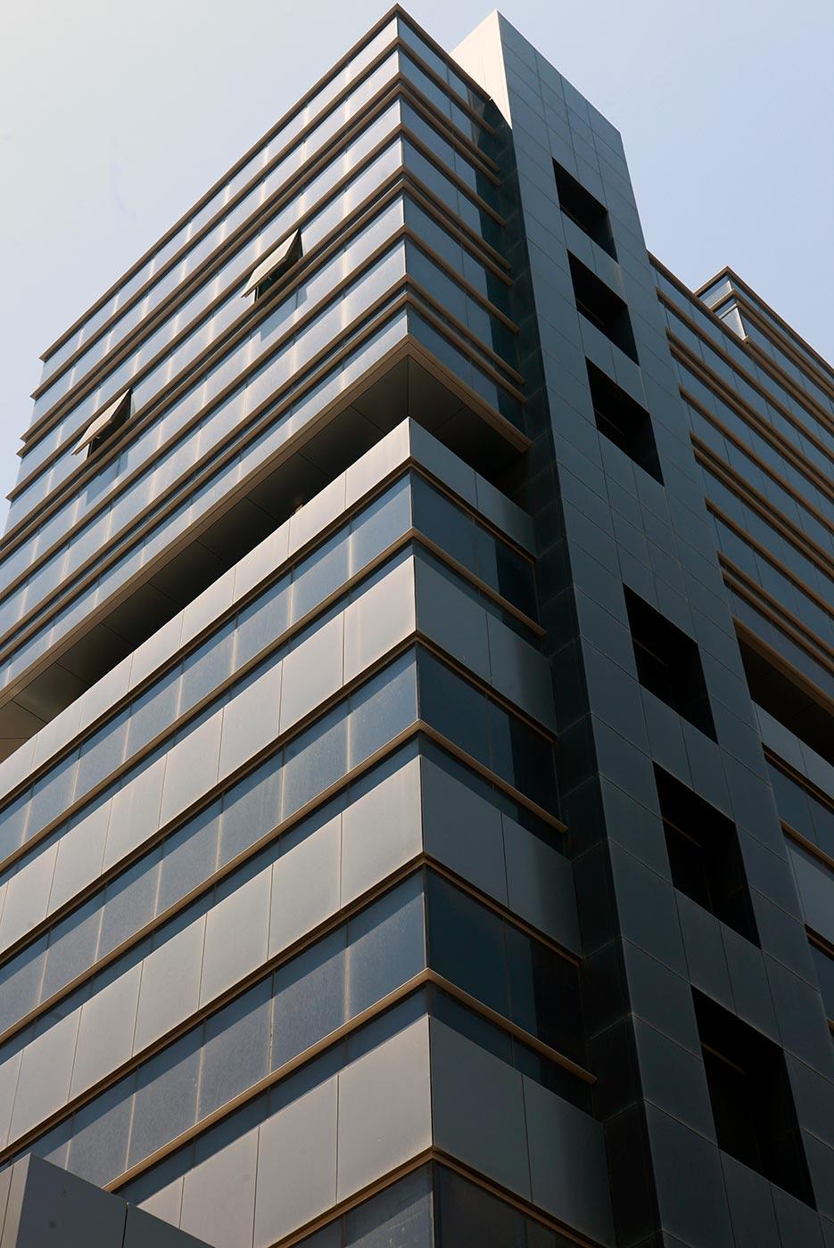 Oficinas-Dbayeh.-Beirut-Lebanon.-larson-Alunatural-Titanium-Brushed-1_1593095290.jpg